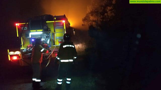 Continúan los trabajos de extinción del incendio de Garafía que permanece bajo control