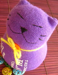 http://translate.googleusercontent.com/translate_c?depth=1&hl=es&rurl=translate.google.es&sl=en&tl=es&u=http://www.craftpassion.com/2010/09/sewing-sock-kitty-tutorial-guest-tutor.html&usg=ALkJrhi84VuqEofuqIv5WN-oh3H_W1KeAA