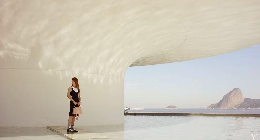 Modella Louis Vuitton Pubblicità con palazzo bianco - Spot ottobre 2016