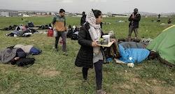 Οι μετανάστες και οι πρόσφυγες μεταφέρονται σε δομές φιλοξενίας, μετά την άφιξή τους στον Πειραιά, όμως δεν είναι λίγες οι φορές που τα πούλ...