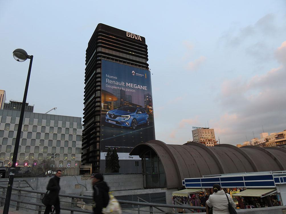 b42c3065 Un fachada como tiene el Edificio del BBVA en Nuevos Ministerios ya es  visible e impactante, pero si además instalas un sistema de iluminación  especial ...