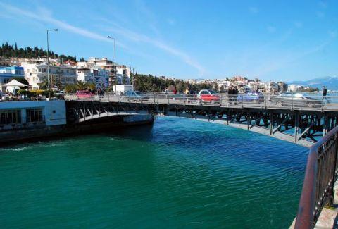 Χαλκίδα: Δεν άντεξε την γκρίνια της γυναίκας του και την πέταξε από την παλαιά γέφυρα στην θάλασσα!