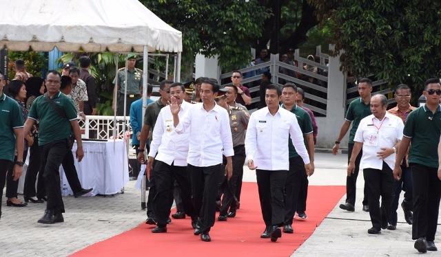 Presiden RI Jokowi bersama rombongan saat tiba di Pematangsiantar