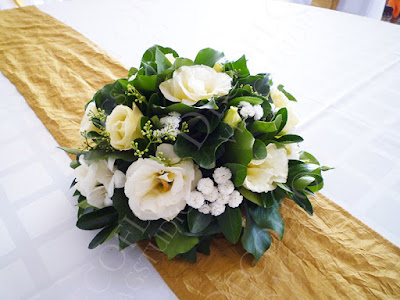 Esküvői asztaldísz krém színű virágokból, kerek asztalra, liziantuszból