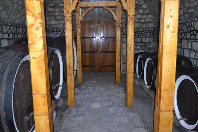 butoaie mari cu vin la Pietroasa