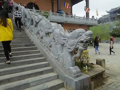 バイディン寺(Bai Dinh Pagoda)の龍の階段