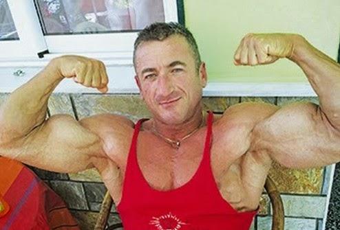 Αυτός είναι ο bodybuilderας φρουρός του Αρχιεπισκόπου [photos]