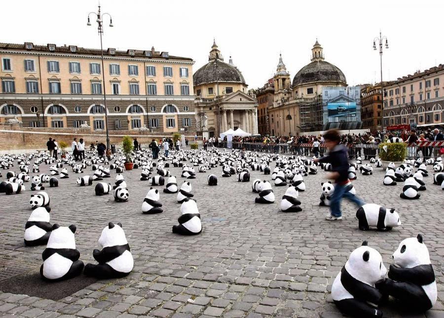 Fotografia de figuras de osos panda en plaza