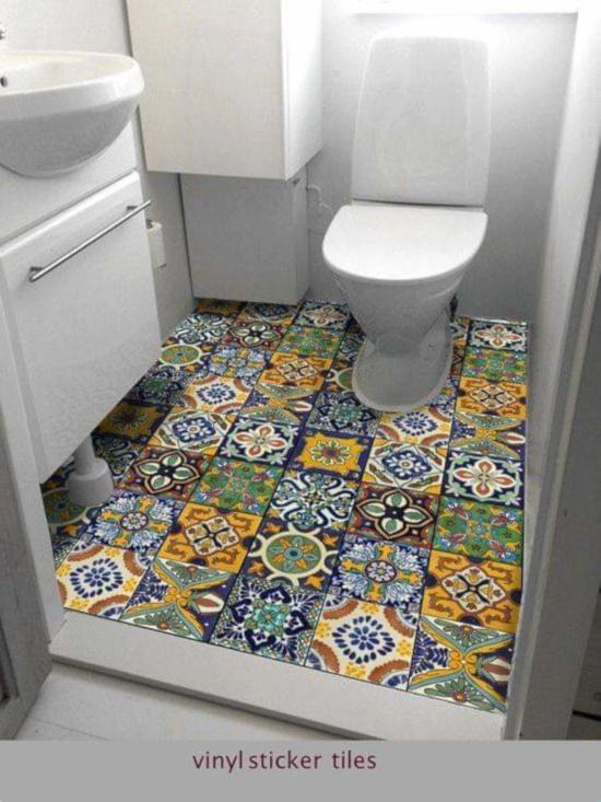 desain inspiratif kamar mandi dengan motif keramik bertema retro dan natural