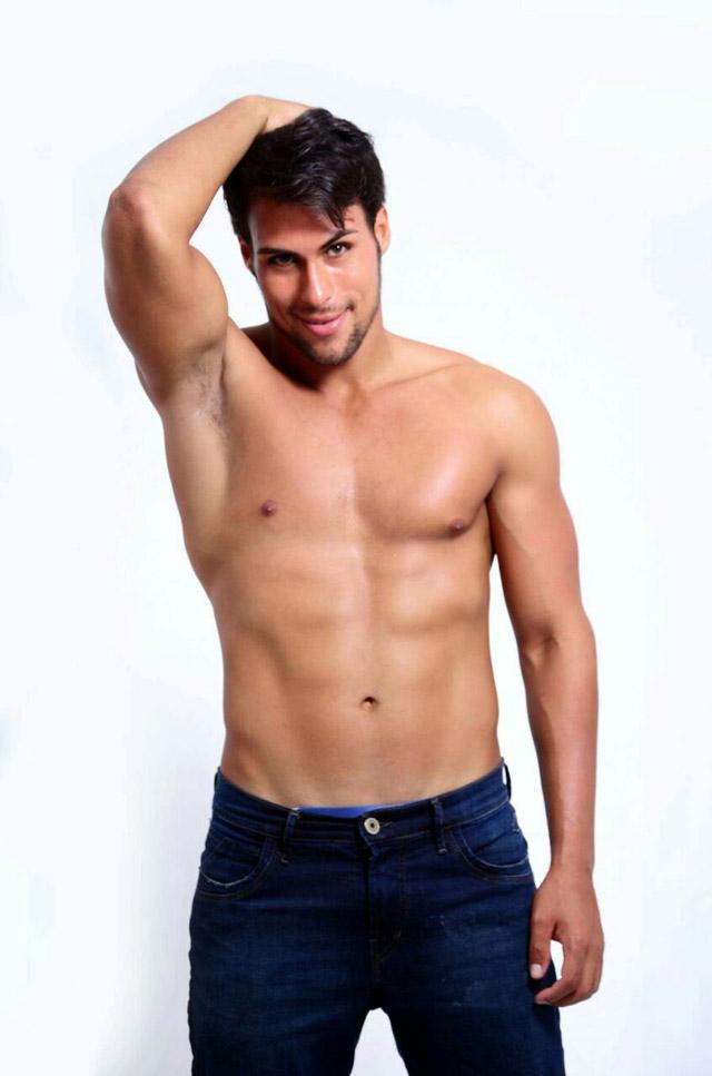 Felipe Belchior posa sem camisa e mostra o corpo sarado em ensaio. Foto: Wanderson Lopes/Juliano Mendes Assessoria
