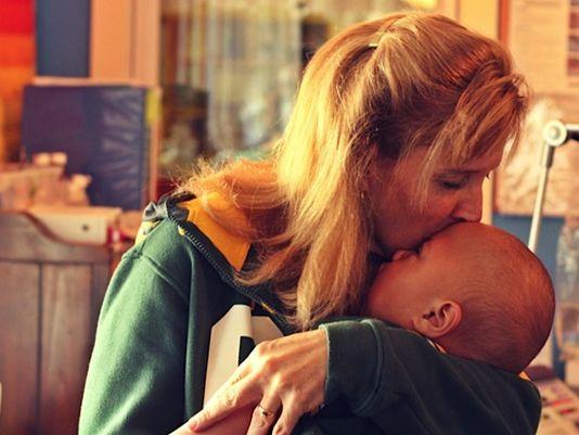 Cori Salchert com Charlie, um dos bebês que adotou