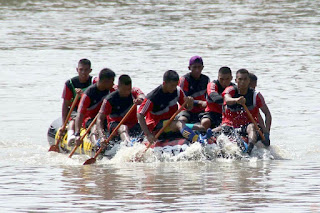 Marinir Juara 1 Lomba Dayung Perahu Naga