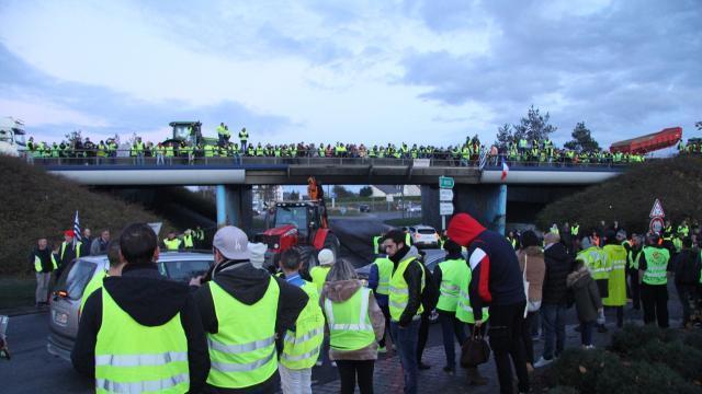 Plusieurs centaines de Gilets jaunes ont investi la zone commerciale de Langueux (Côtes-d'Armor), samedi 24 novembre 2018, dans la soirée. © OUEST-FRANCE