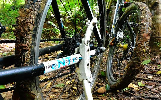 Ban sepeda penuh lumpur. Sudah seperti adonan Donat kan