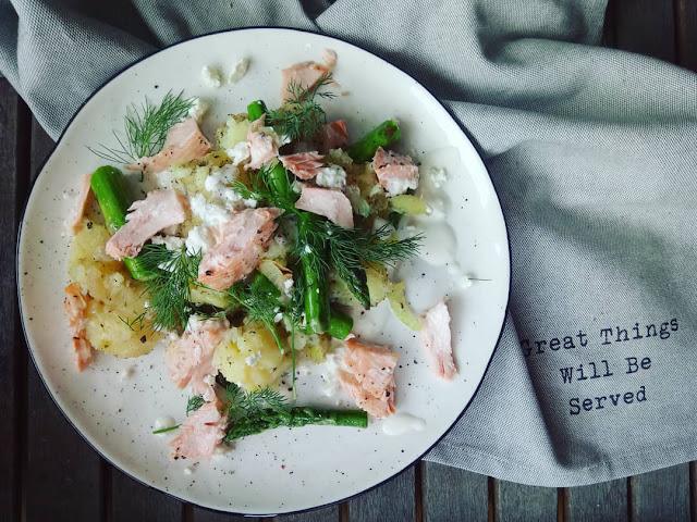 Ciepła sałatka z młodych ziemniaków z łososiem