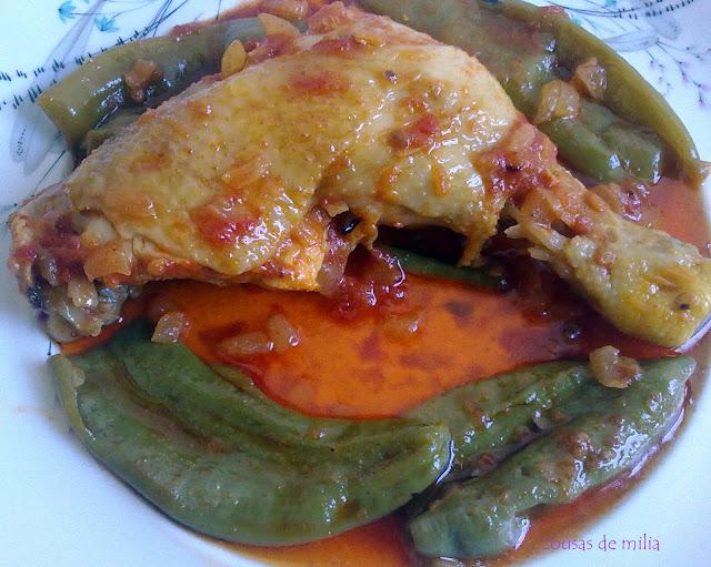 Pollo envuelto en pimentón con tomate y pimientos
