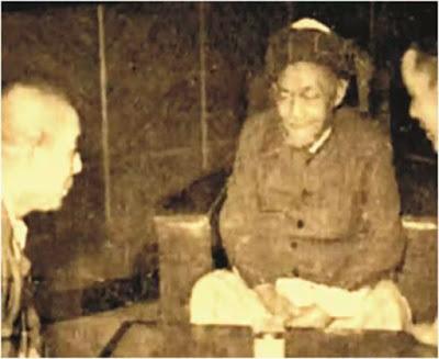 Biografi KH Hasyim Asy'ari     Sejak anak-anak, bakat kepemimpinan dan kecerdasan KH Hasyim Ashari memang sudah nampak. Di antara teman sepermainannya, ia kerap tampil sebagai pemimpin. Dalam usia 13 tahun, ia sudah membantu ayahnya mengajar santri-santri yang lebih besar ketimbang dirinya. Usia 15 tahun Hasyim meninggalkan kedua orang tuanya, berkelana memperdalam ilmu dari satu pesantren ke pesantren lain. Mula-mula ia menjadi santri di Pesantren Wonokoyo, Probolinggo. Kemudian pindah ke Pesantren Langitan, Tuban. Pindah lagi Pesantren Trenggilis, Semarang. Belum puas dengan berbagai ilmu yang dikecapnya, ia melanjutkan di Pesantren Kademangan, Bangkalan di bawah asuhan Kyai Cholil.  KH Hasyim Asyari belajar dasar-dasar agama dari ayah dan kakeknya, Kyai Utsman yang juga pemimpin Pesantren Nggedang di Jombang. Sejak usia 15 tahun, beliau berkelana menimba ilmu di berbagai pesantren, antara lain Pesantren Wonokoyo di Probolinggo, Pesantren Langitan di Tuban, Pesantren Trenggilis di Semarang, Pesantren Kademangan di Bangkalan dan Pesantren Siwalan di Sidoarjo. Tak lama di sini, Hasyim pindah lagi di Pesantren Siwalan, Sidoarjo. Di pesantren yang diasuh Kyai Ya'qub inilah, agaknya, Hasyim merasa benar-benar menemukan sumber Islam yang diinginkan.   Tahun l899 pulang ke Tanah Air, Hasyim mengajar di pesanten milik kakeknya, Kyai Usman. Tak lama