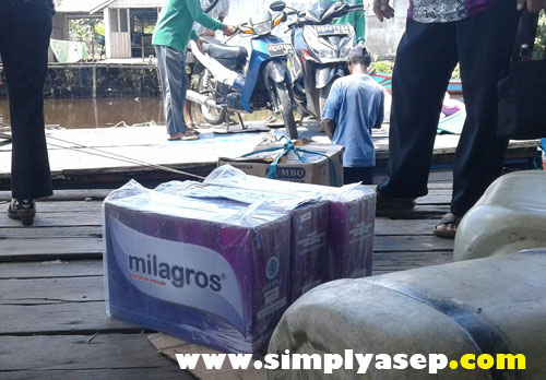 NAIK : 3 dus Milagros siap menaik ke dalam kapal Motor Hendra hari itu.  Menunggu hingga semuanya diturunkan termasuk motor motor. Foto Asep Haryono