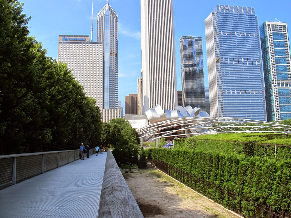 a walkway between The Art Institute of Chicago in Grant Park