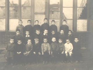 Cours préparatoire de l'école de la rue de l'Est, vers 1900, bâtiment annexe du fond de la cour construit en 1904 (collection musée)