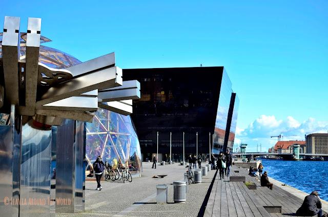 Edificios modernos al lado del puerto