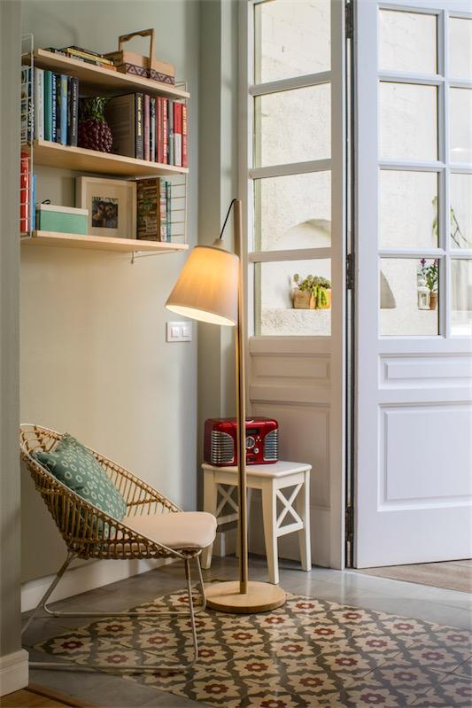 silla vintage de hierro y rafia junto a lampara de lectura estilo nordico chicanddeco