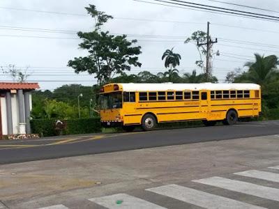 Autobus escolar amarillo en Costa Rica