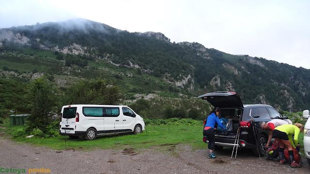 Preparándonos para comenzar al ruta al Requexón en Picos de Europa