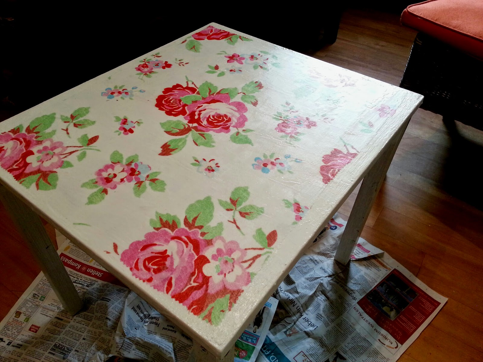 marion schr der meine kreative welt tisch mit aufgeb geltem rosenstoff neu gestaltet. Black Bedroom Furniture Sets. Home Design Ideas