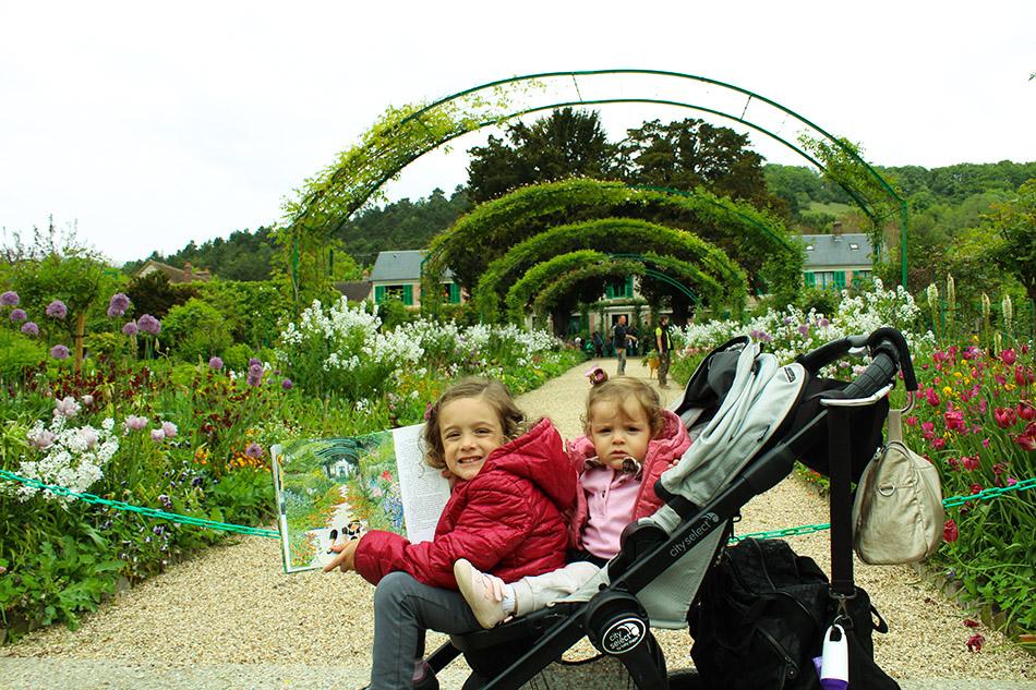 """Clarinha e seu livro """"Linéia nos Jardins de Monet"""""""