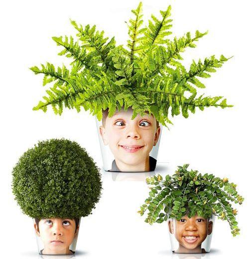 Tem presente para mãe que curte plantas e presentes criativos como este vaso que pode ser feito com um copo ou vidro transparente, uma foto de rosto e plantas que simulam cabelos.
