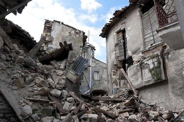 Casas destruidas en el terremoto de L'Aquila en los Abruzos en 2009