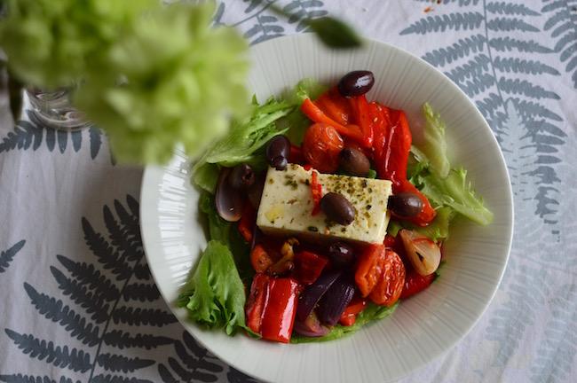 Salaatti paahdetuista kasviksista ja fetasta