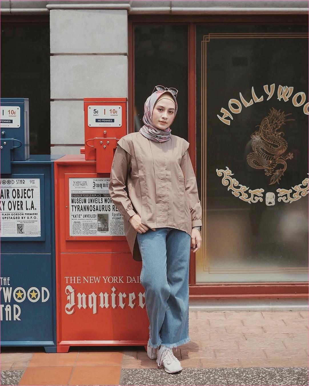 Outfit Untuk Remaja Berhijab Yang Mempunyai Tubuh Pendek Tapi Mau Kelihatan Tinggi top blouse krem tua kerudung segiempat hijab square sneakers kets putih kacamata bulat hitam celana cullotes jeans denim biru jam tangan trendy outfit ootd 2018 selebgram
