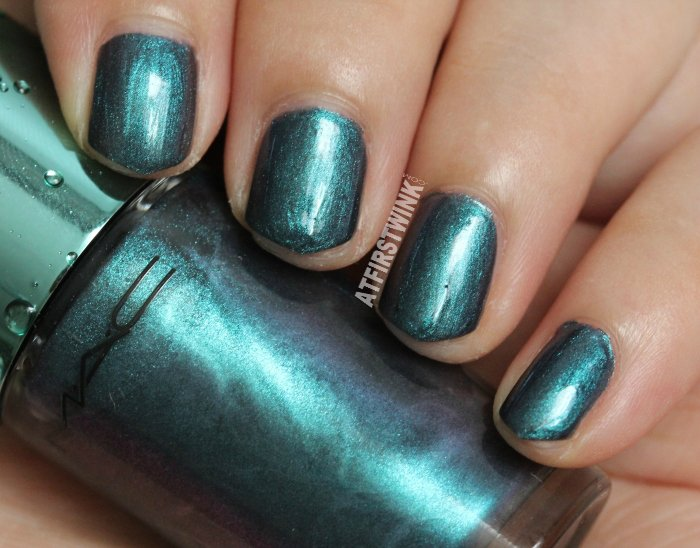 MAC Alluring Aquatic nail lacquer - submerged (green chrome)