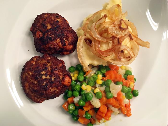 Kalbsbutterschnitzel mit Kartoffelpüree und knusprigen Zwiebelringen