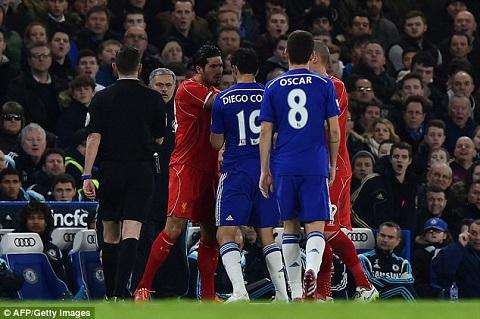 Tình huống diễn ra ngay trước mắt HLV Jose Mourinho.
