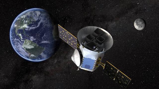 Hình ảnh mô phỏng vệ tinh TESS quay quanh quỹ đạo Trái Đất. Credit: NASA's Goddard Space Flight Center.