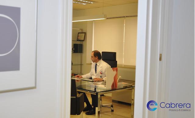 El Dr. Emilio Cabrera en su consulta de Cabrera Plástica & Estética