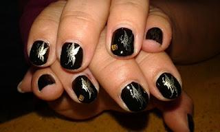 manicura negra con mariposa