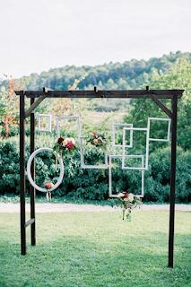 utiliser des cadres anciens dans sa décoration de mariage  blog mariage www.unjourmonprinceviendra26.com