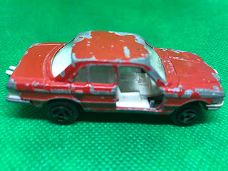 メルセデスベンツ 450SE のおんぼろミニカーを側面から撮影