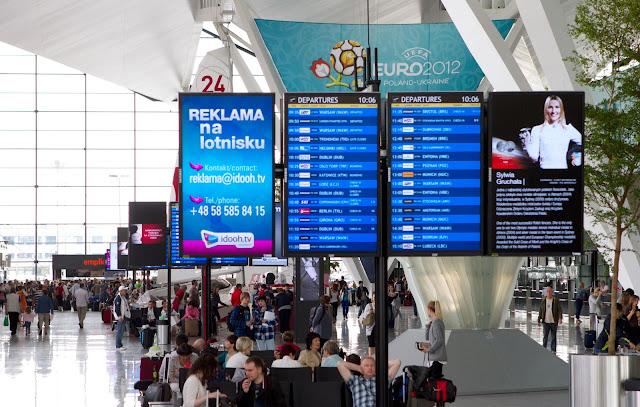Màn hình quảng cáo hiện đại tại sân bay 3