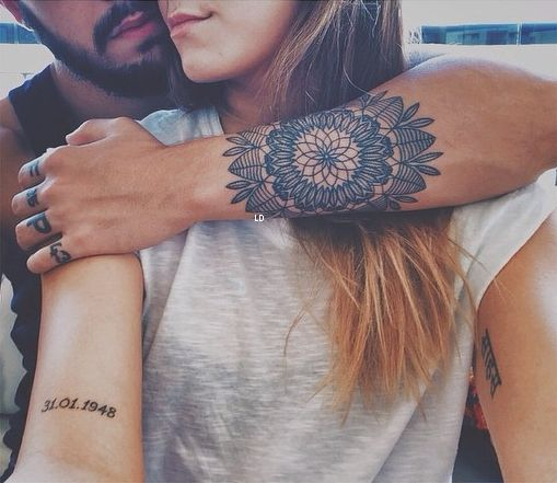 Vemos un tatuaje de mandala en una chica, el tatuaje es delicado y un tatuaje femenino