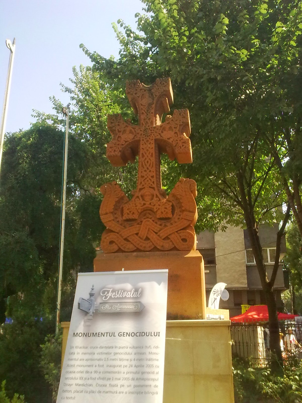 Monumentul Genocidului armenilor din curtea Bisericii armeneşti