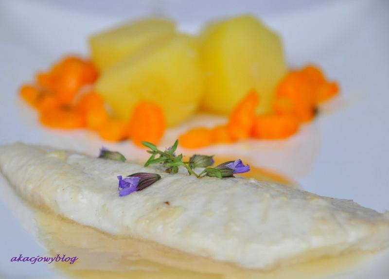 Turbot z cytrynowo-maślanym sosem, marchewką z tymiankiem i młodymi ziemniakami z wody
