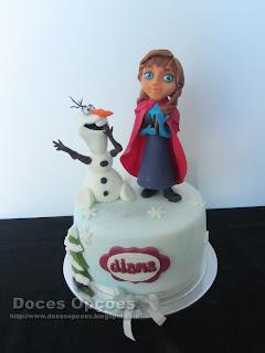 Bolo de aniversário Frozen com a Anna e o Olaf