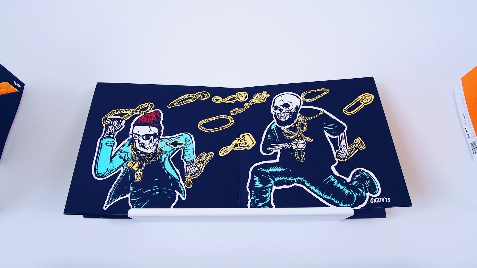 Run the Jewels Debüt Album Gatefolder Schallplatten Cover aufgeklappt auf einer Wandhalterung