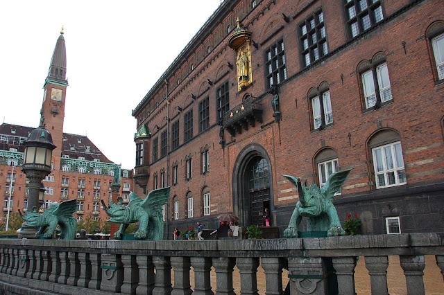 Estatua dorada del obispo Absalón en el Ayuntamiento de Copenhague