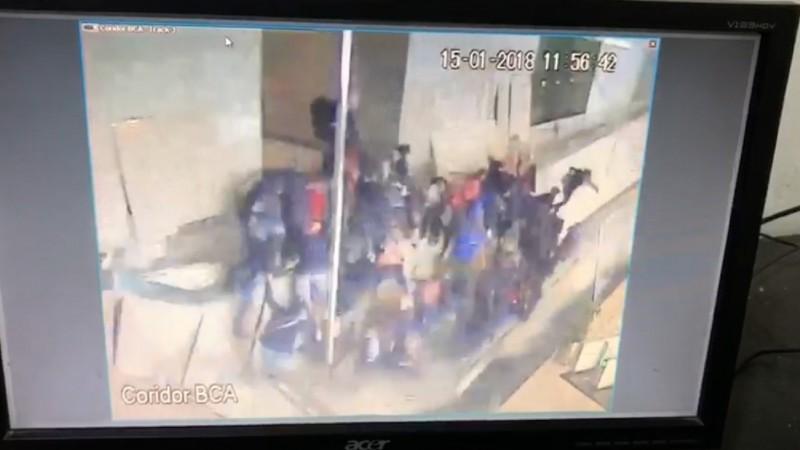 Rombongan mahasiswa yang berkumpul di selasar Tower II BEI yang ambruk